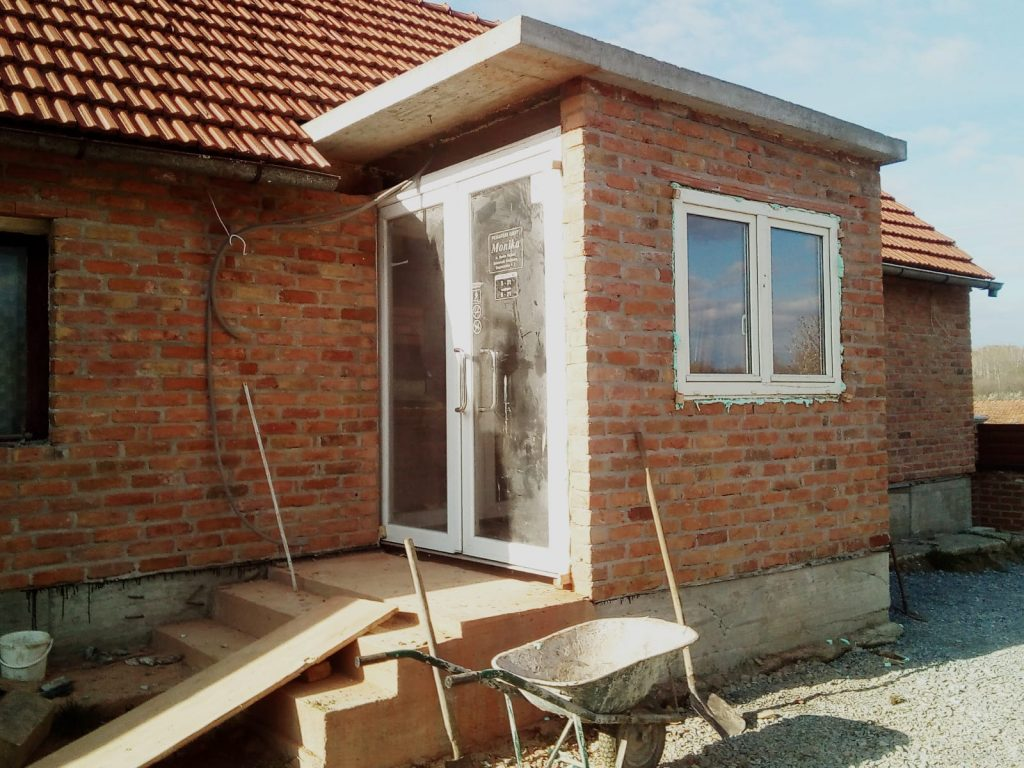 Rezanje fasadne cigle za ugradnju vrata i prozora poslije