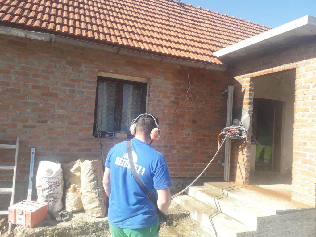 Rezanje fasadne cigle za ugradnju vrata i prozora prije