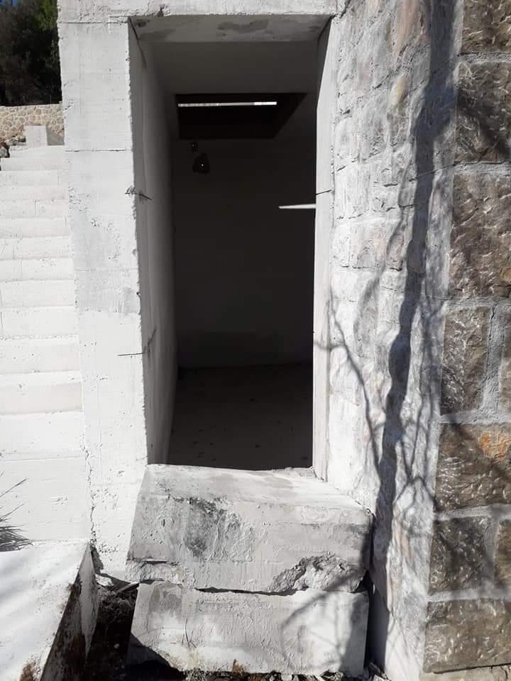 Rezanje vrata na gusterni u Paklenici